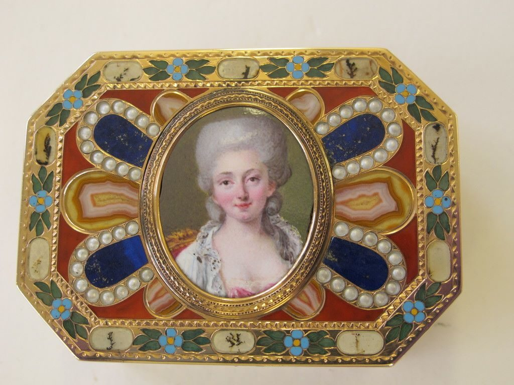 Box with Eugen Gutmann Provenance at the V&A. Image courtesy of the V&A